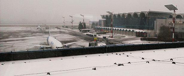 Llegada al aeropuerto de Bucarest un feo día de invierno