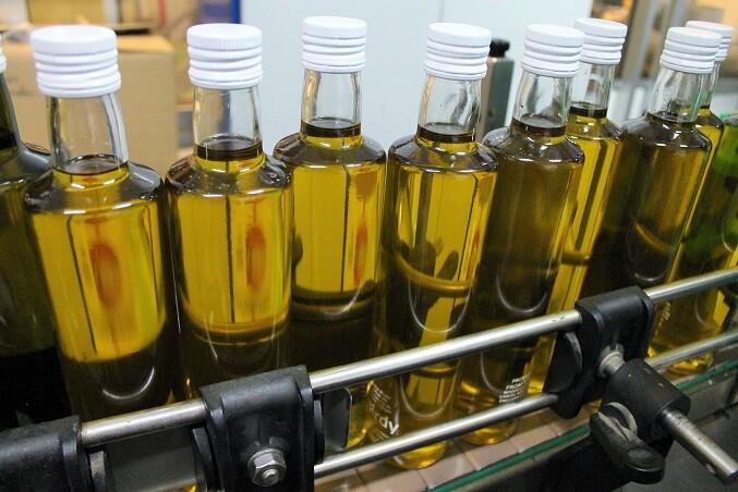 Botellas de AOVE listas para etiquetar en la cooperativa del Alto PalanciaBotellas de AOVE listas para etiquetar en la cooperativa del Alto Palancia