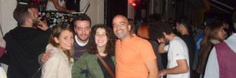 De fiesta jueves noche en un callejón que daba a Istiklal