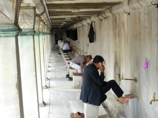 Fieles lavándose en la Mezquita Sultan Ahmet
