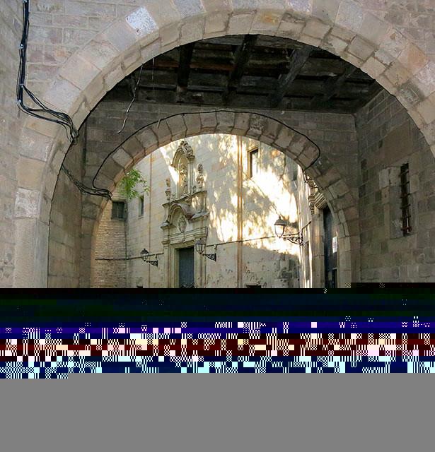 Tras el arco entramos en la plaza de Sant Felip Neri