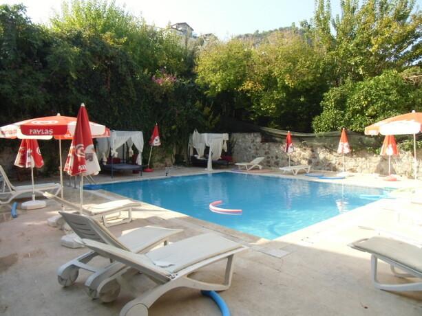 La piscina del hostal V-Go en Fethiye