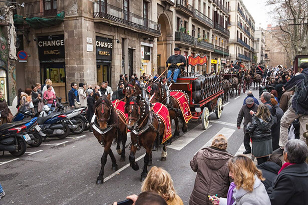 La cabalgata atravesando el barrio de Sant Antoni (c) 3TombsBarcelona.cat