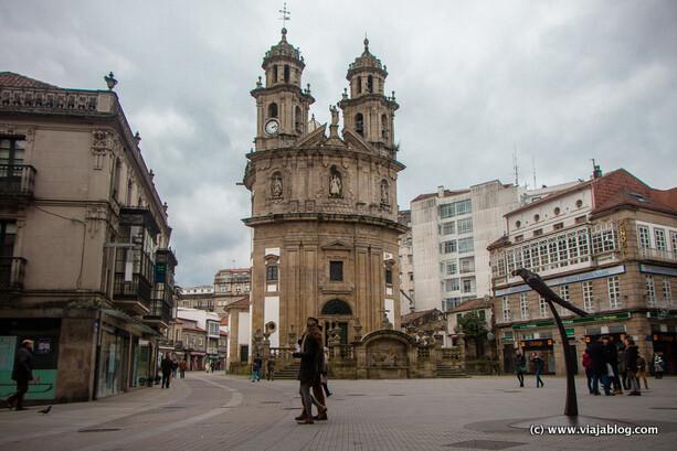 Estatua del Loro Ravachol e Iglesia Virgen Peregrina en Pontevedra