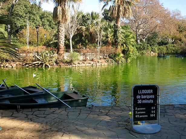 En el Parc de la Ciutadella se pueden alquilar barcas para pasear en el estanco