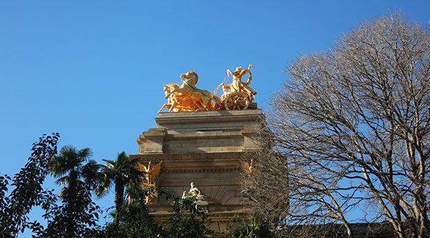Estatua dorada sobre las fuentes del parque
