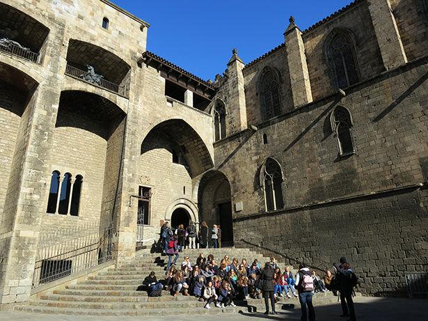 Un grupo de turistas en la plaza del Rei