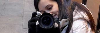 Laura RS practicando con una cámara Olympus en el centro de Barcelona. ¿Se la van a robar?