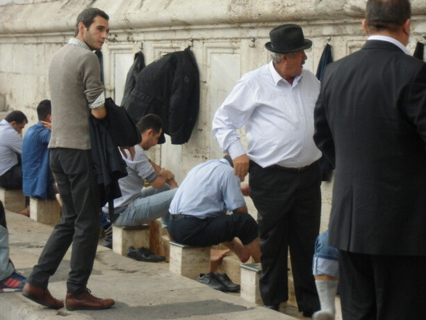 Imagen cotidiana en las mezquitas de Estambul