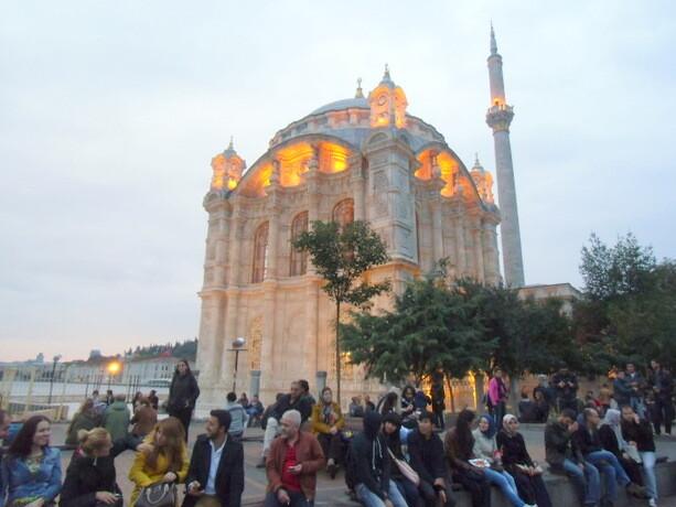 Domingueros disfrutando de la tarde junto a la mezquita de Ortaköy