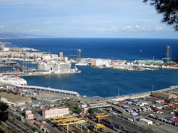 Vistas al puerto desde el Camino del Migdia en Montjuic