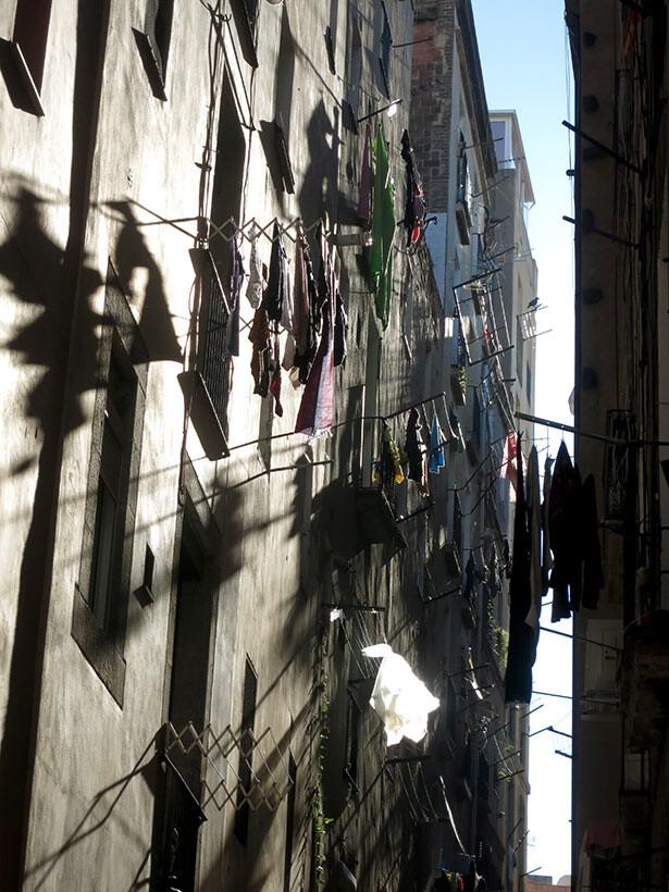 La ropa tendida en los balcones es un clásico del centro histórico de Barcelona