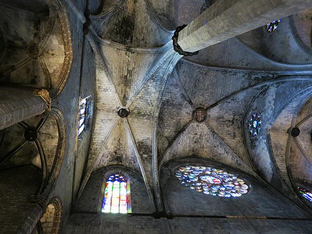 Vista a la bóveda central de la iglesia