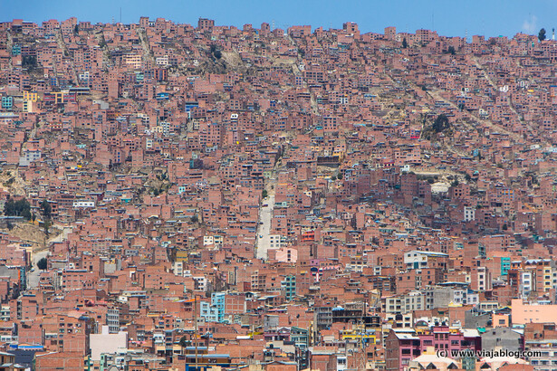 Casas en las colinas rodeando La Paz, Bolivia