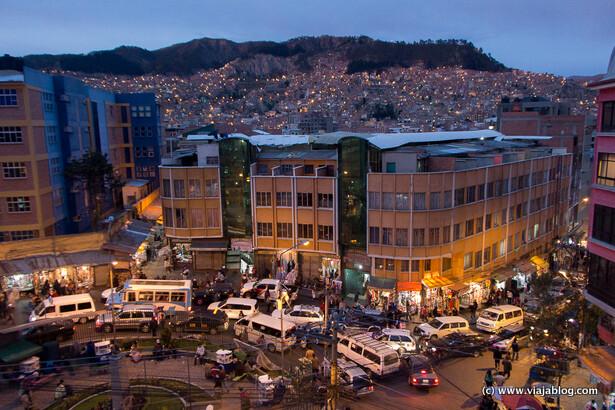 Caos de circulación en una glorieta, La Paz, Bolivia