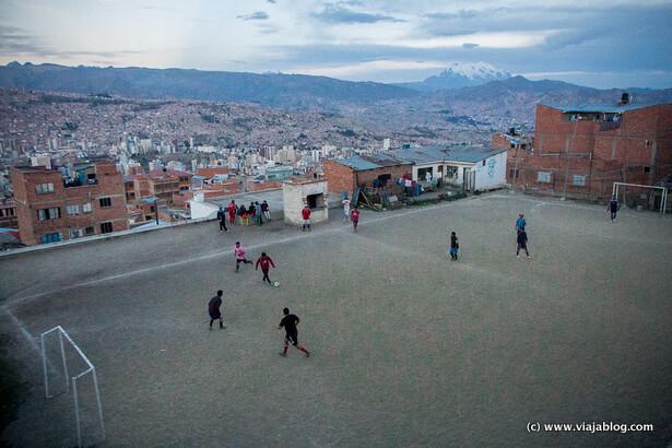 Fútbol en un barrio humilde de La Paz, Bolivia