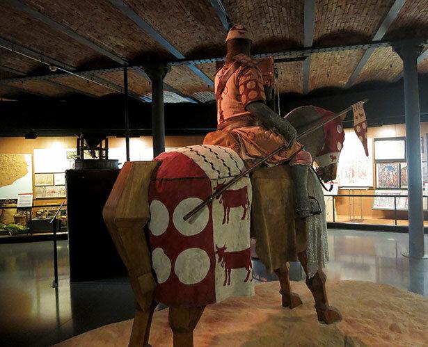 Un caballero medieval. Existe otro caballo donde los más pequeños se pueden subir a él
