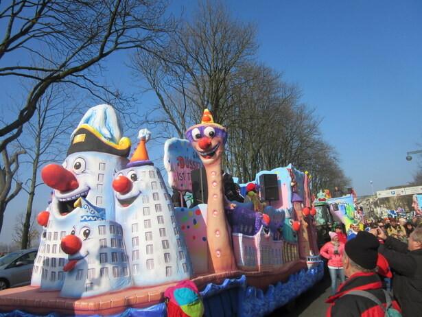 Nuestra carroza representaba algunos edificios de Düsseldorf