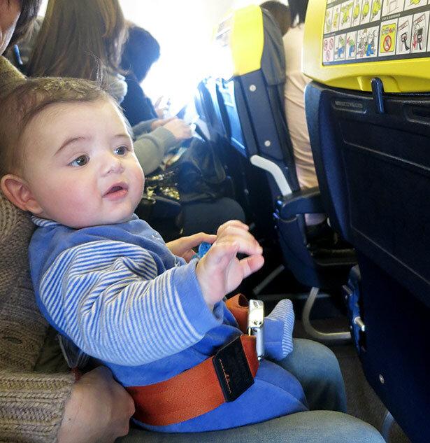 Al entrar al avión te dan un cinturón extensible para acomodar al niño sobre tu regazo