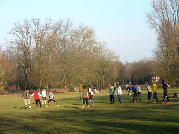 Y gente jugando al fútbol