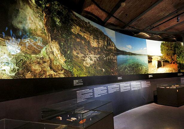El Museo de Historia de Cataluña cuenta con grandes imágenes y texto explicativo en catalán, castellano e inglés