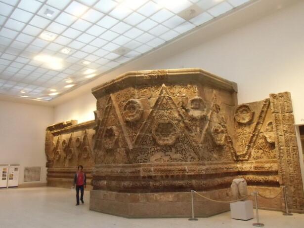La muralla de la fachada de Mushatta