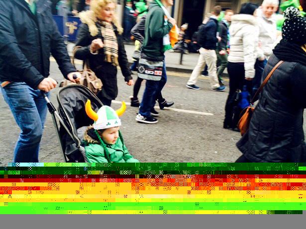 Los más pequeños disfrutan de lo lindo durante el desfile de San Patrick