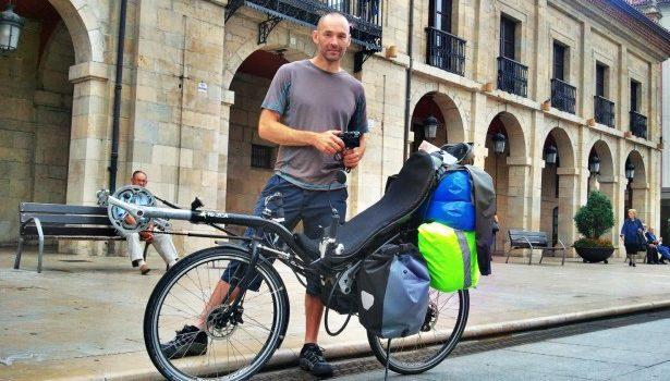 Fred y su bicicleta reclinada en Avilés