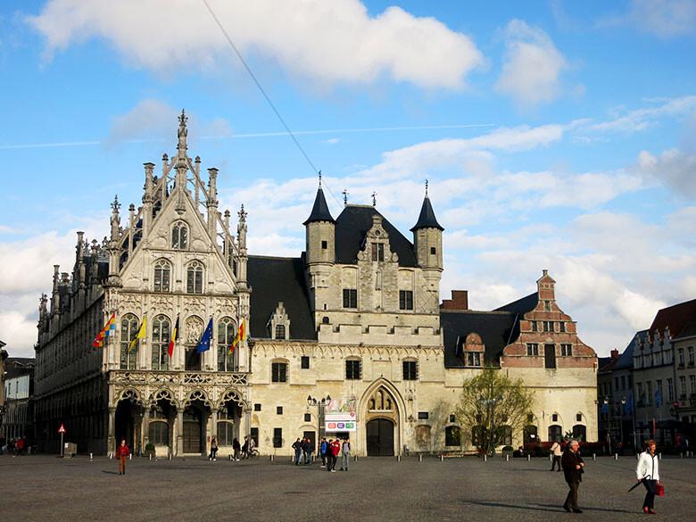 La plaza Grotte Markt y el Ayuntamiento de Malinas