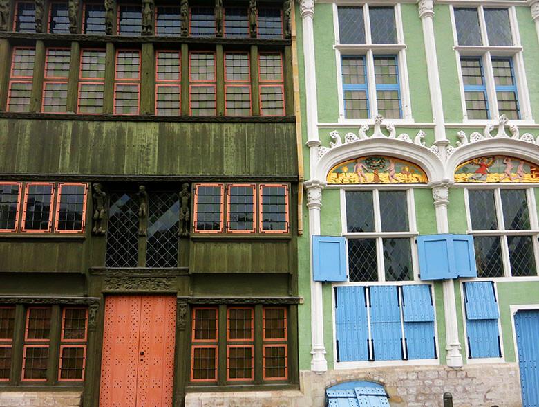 Coloridos detalles en las casas flamencas del centro de Malinas
