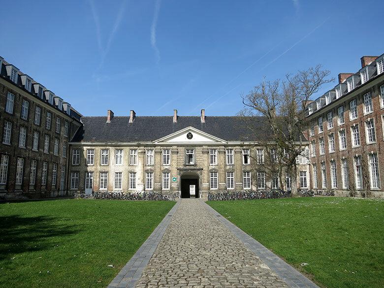 Uno de los colegios que abundan en la ciudad