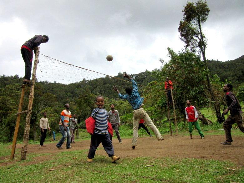 Jugando al volley en una aldea cercana a Dodola