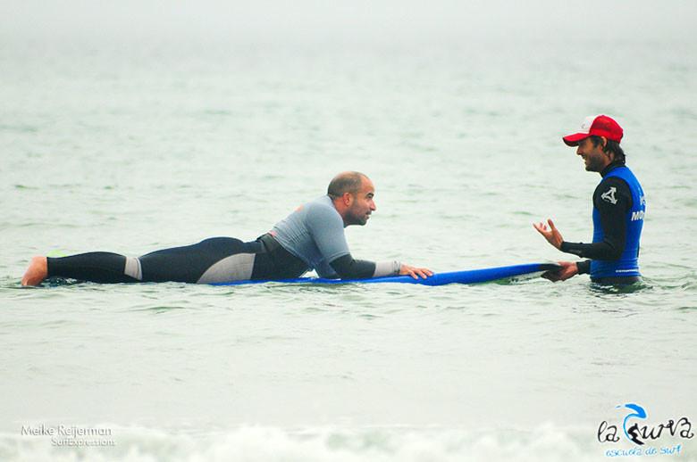 Practicando surf en la Escuela de Surf La Curva, en Loredo