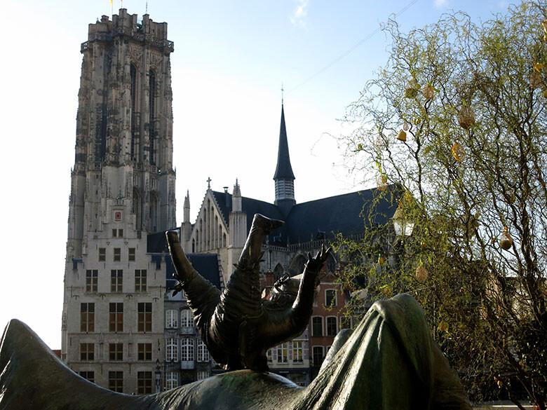 La torre de Rumbold y una estatua dedicada a las mujeres sufridoras