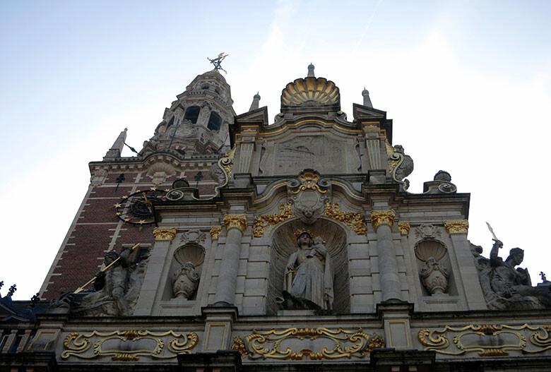 La Virgen María con espada en mano presidiendo la Universidad de Lovaina