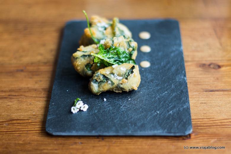 Erizos con espinacas en tempura, la Bodega de Estrella, Ferrol