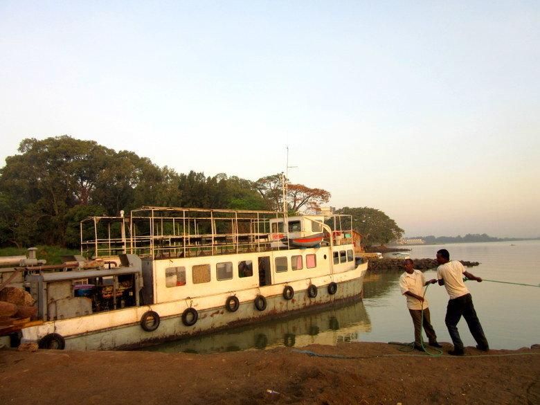 Ferry que cruza el lago Tana, en el muelle de Bahir Dar