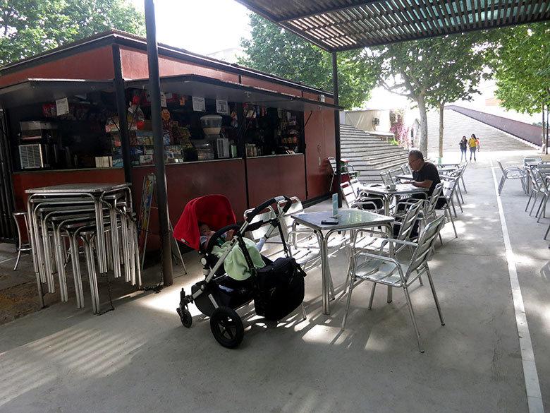 Un café en el parque de l'Espanya Industrial