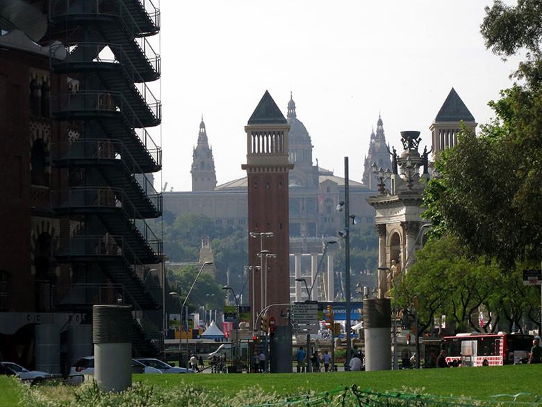 Vistas a la plaza Espanya y Montjuic desde el parque Miró