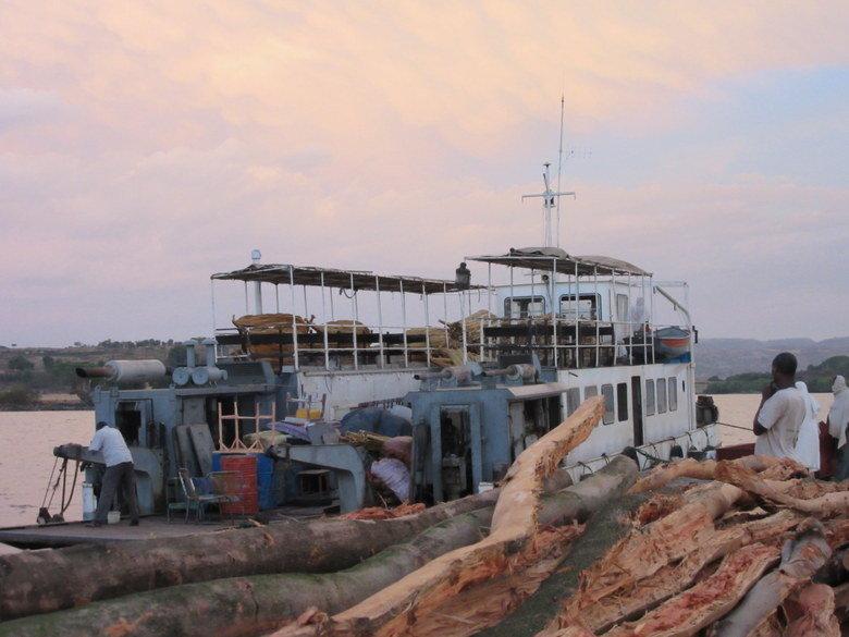 El barco en el muelle de Konzula. Foto (C) David Escribano