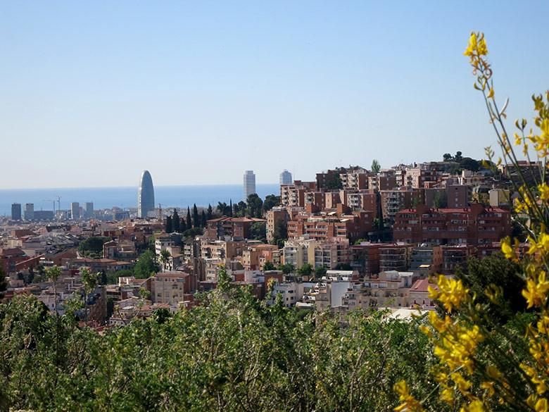 Vistas a las torres Mafre y la torre Agbar desde el Turó de la Peira