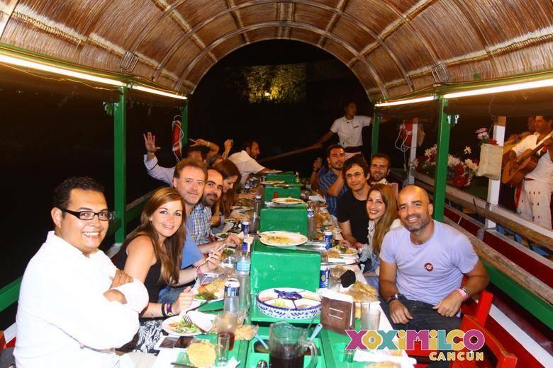 Cenando y bebiendo en la trajinera (Foto (C) Xoximilco)