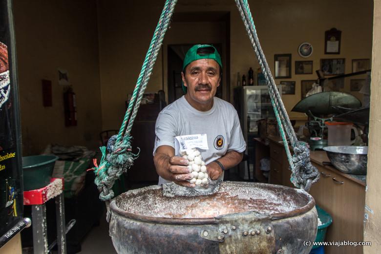 Luis Banda Smith, artesano de Colaciones, Dulces Tradicionales, Quito, Ecuador