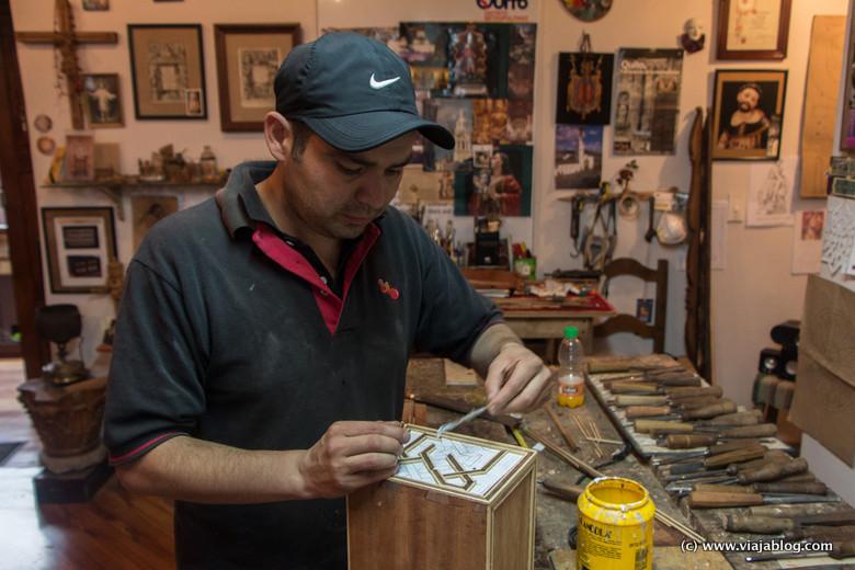 Artesano trabajando en la Ronda, Quito, Ecuador