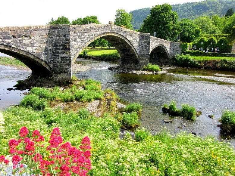 Puente y salón de té (Tu Hwnt I'R Bont) en el pueblecito de Llanrwst