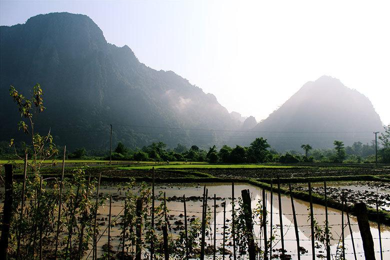 Campos con reflejos de luz en Laos