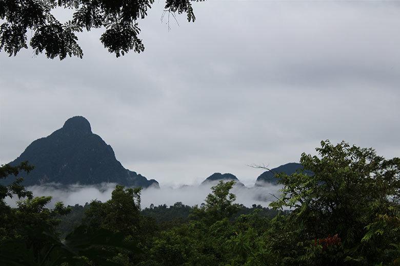 Perfil de las montañas con las nubes del amanecer