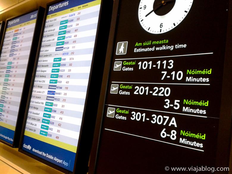 Panel informativo con tiempos de desplazamiento, Aeropuerto de Dublín (Irlanda)