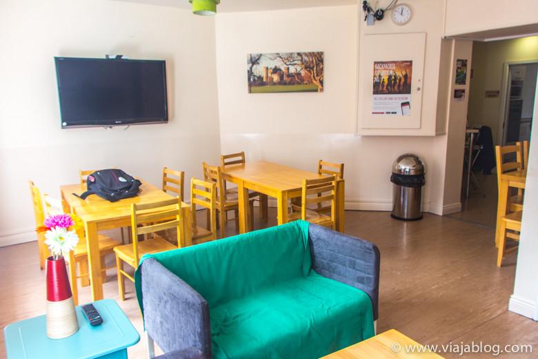 Salón comedor en el Spire Hostel de Dublín (Irlanda)