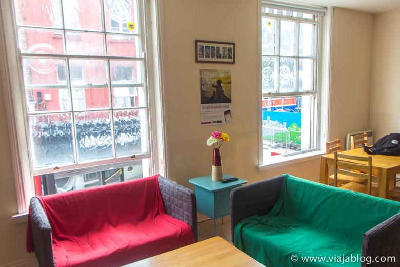 Típicas ventanas de Dublín en el salón del Spire Hostel